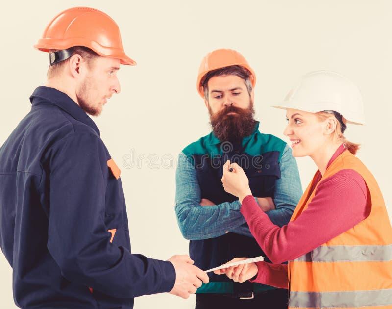 Constructores e ingeniero que discuten, entendiendo mal Concepto del conflicto laboral foto de archivo libre de regalías