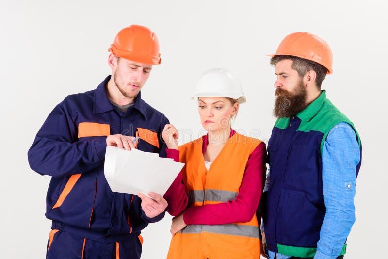Constructores e ingeniero que discuten, entendiendo mal Equipo de arquitectos, ingenieros imágenes de archivo libres de regalías