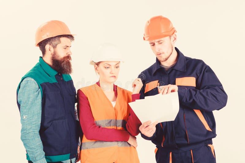 Constructores e ingeniero que discuten, entendiendo mal Equipo de arquitectos, ingenieros imagenes de archivo