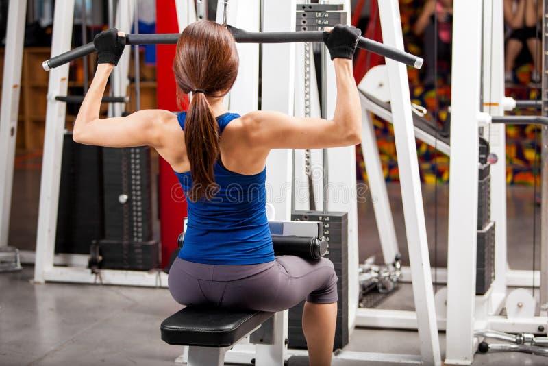 Construindo algum músculo no gym fotografia de stock royalty free