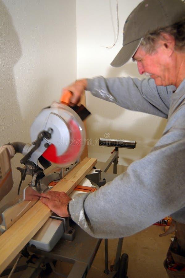 Download Construindo a casa imagem de stock. Imagem de homem, serra - 544791