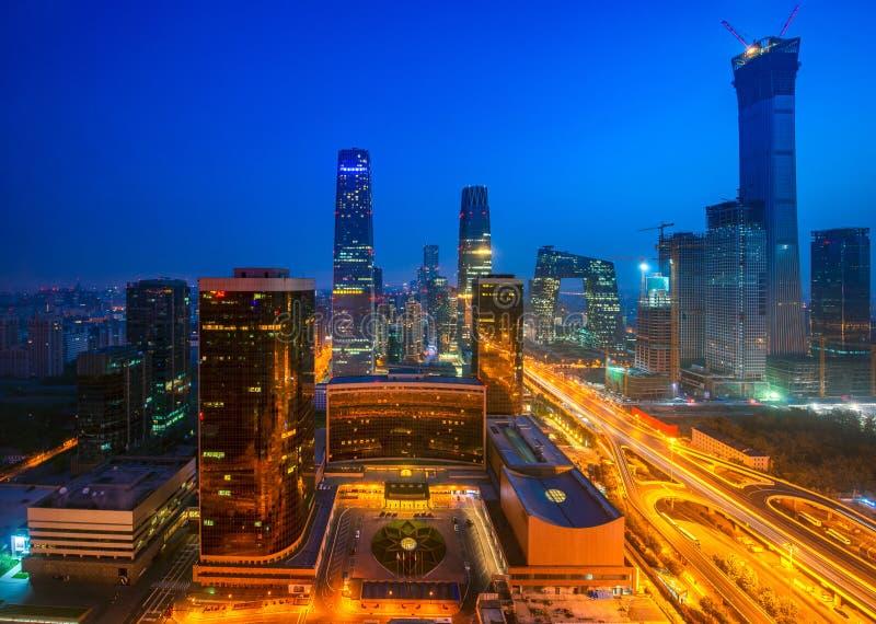 Construindo na cidade do Pequim na noite, Pequim imagem de stock