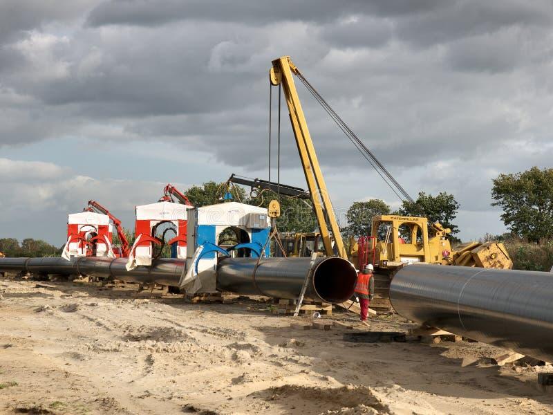 Construindo um gasoduto entre Rússia e Europa ocidental foto de stock