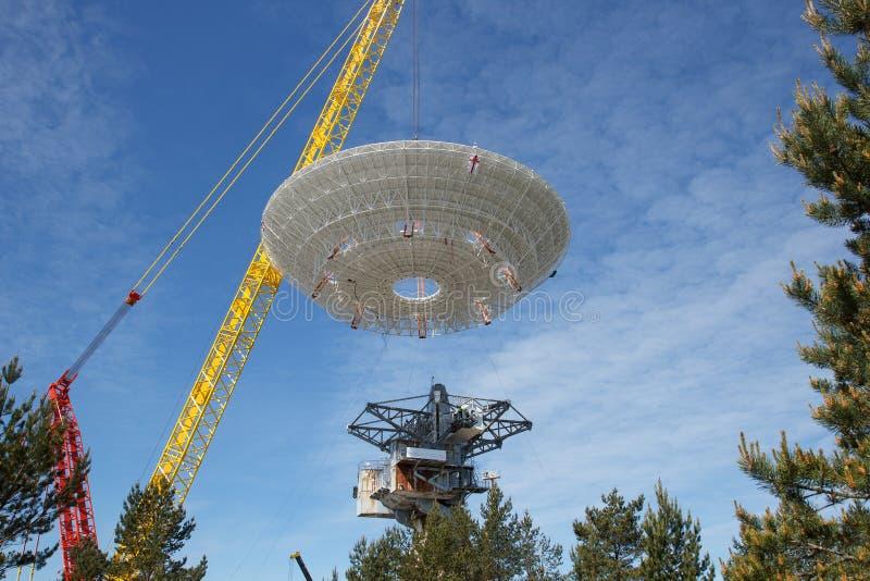 Construindo um satélite de rádio imagens de stock royalty free