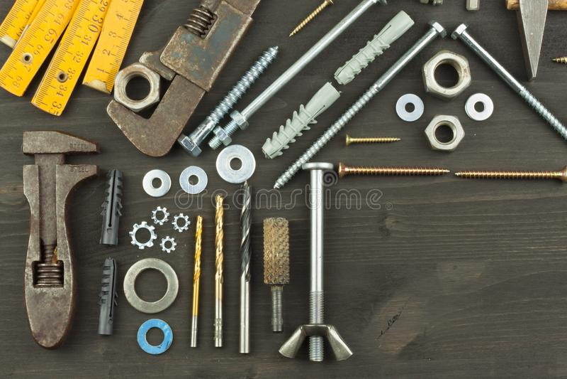 Construindo uma casa para a família Necessário para construir Componentes da construção Parafusos e ferramentas para construir fotos de stock