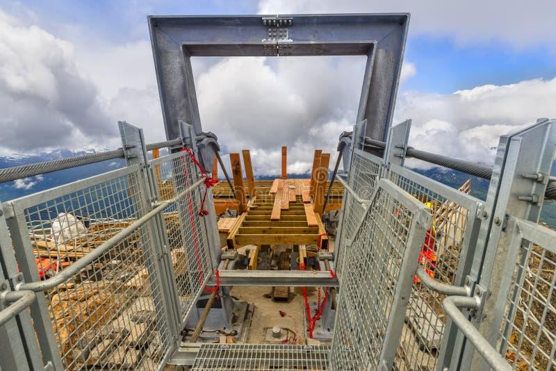 Construindo uma ponte ao céu nas montanhas altas cobertas com o s imagem de stock