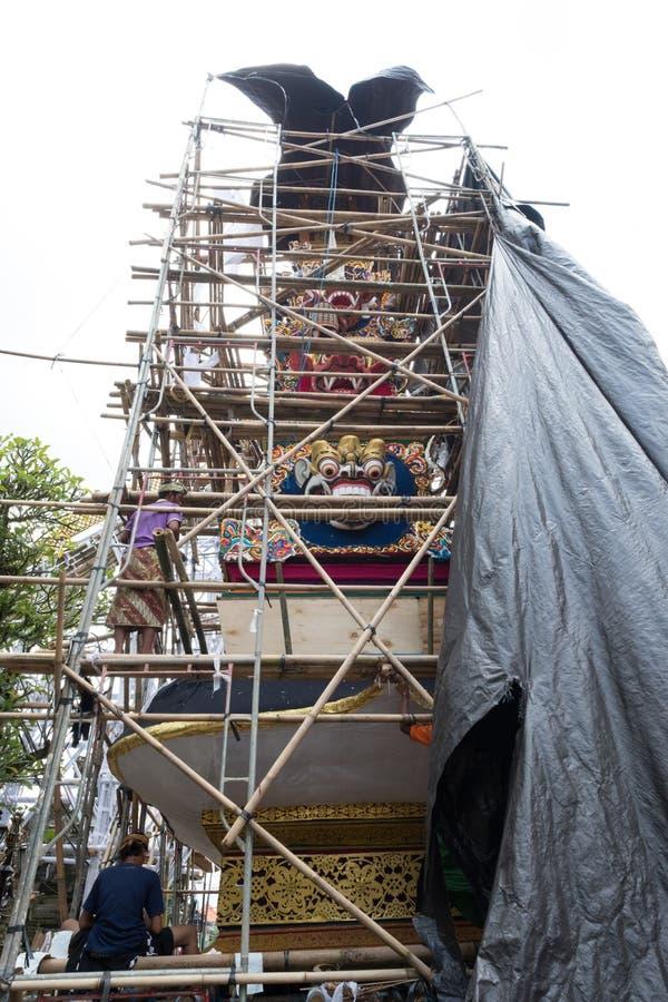 Construir e decorar ofereceram a torre da cremação em Ubud, Bali para família real funeral o 27 de fevereiro de 2018 fotos de stock royalty free