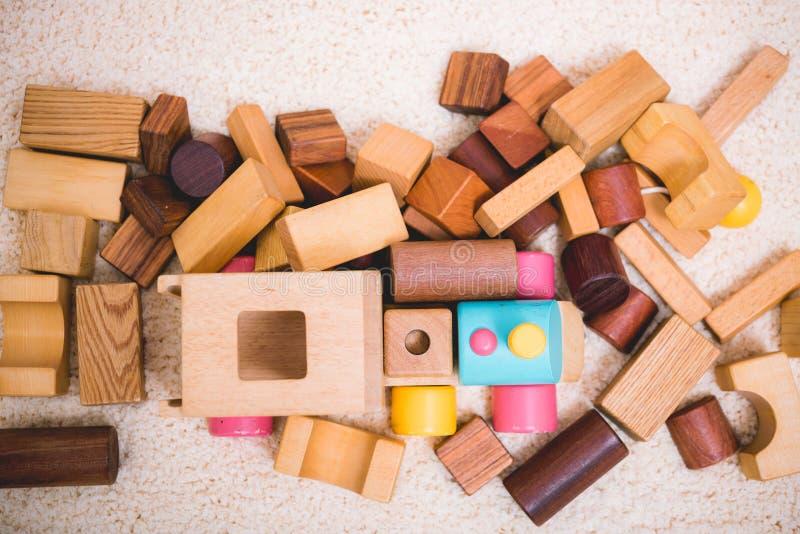 Construir jogando o brinquedo obstrui a madeira para a educação do bebê fotografia de stock
