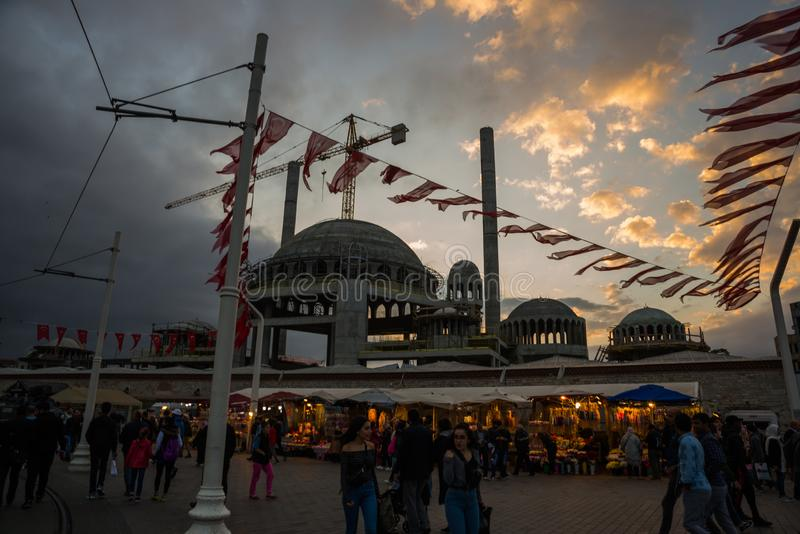 Construisez une nouvelle mosquée sur la rue, le paysage au coucher du soleil Istanbul, Turquie photos stock