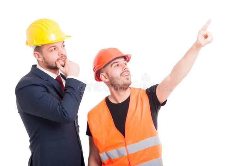 Construtor considerável que aponta o dedo acima fotos de stock royalty free
