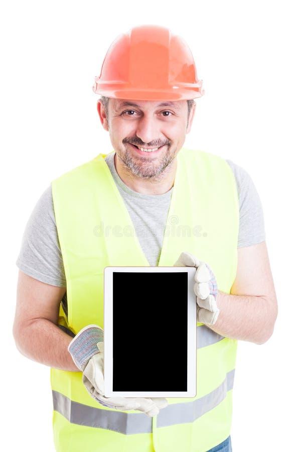 Construtor considerável que mostra a tabuleta moderna com tela vazia fotografia de stock royalty free