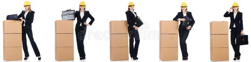 Construtor da mulher com a caixa isolada no branco imagem de stock royalty free