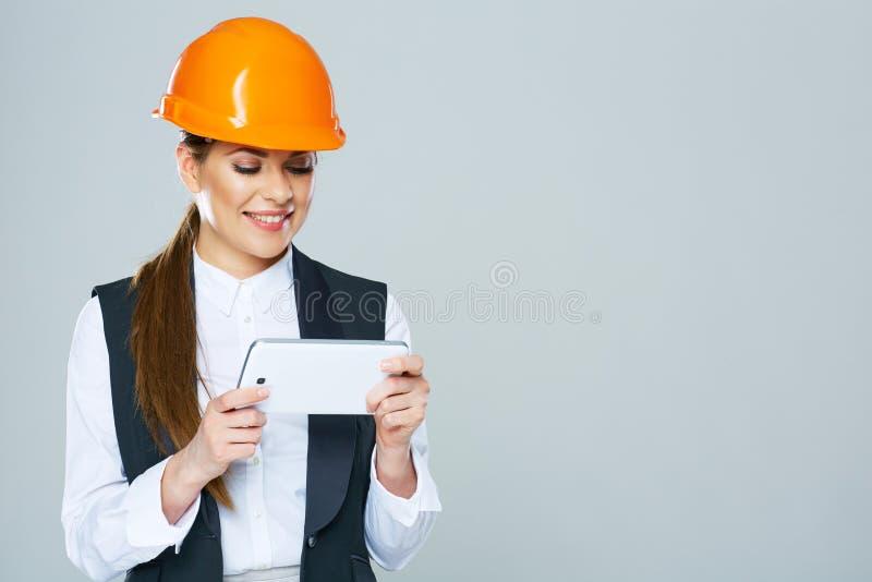 Construtor da mulher de negócio que trabalha com PC da tabuleta fotografia de stock royalty free