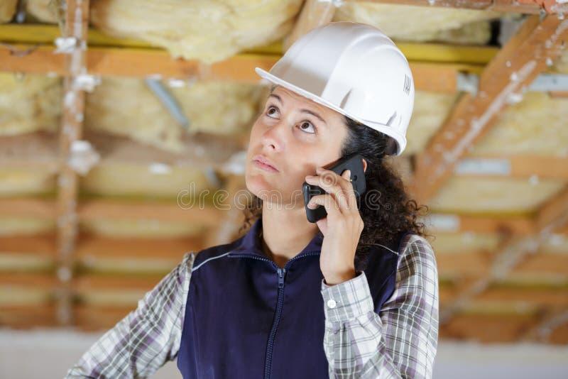 Construtor da mulher no telefone foto de stock royalty free