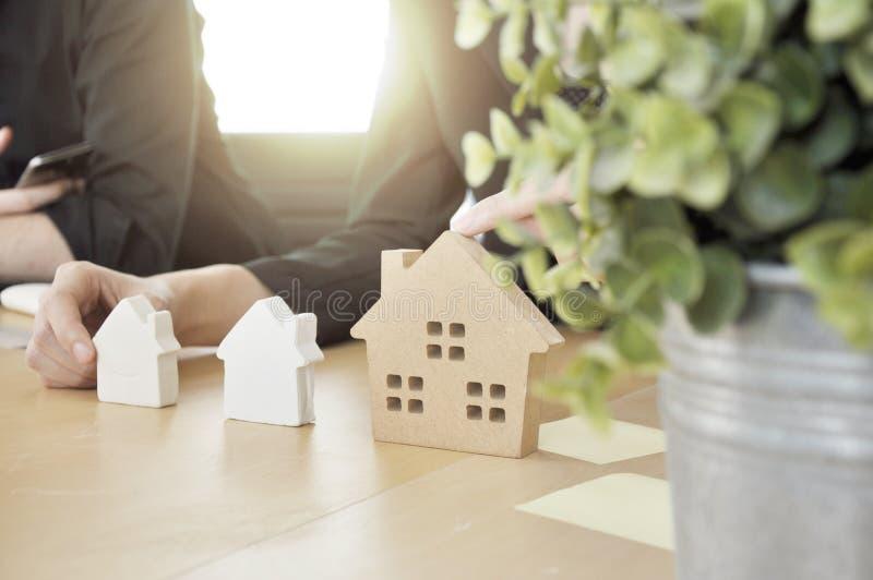 Construtor do arquiteto que planeia a casa na tabela com zombaria acima imagem de stock royalty free