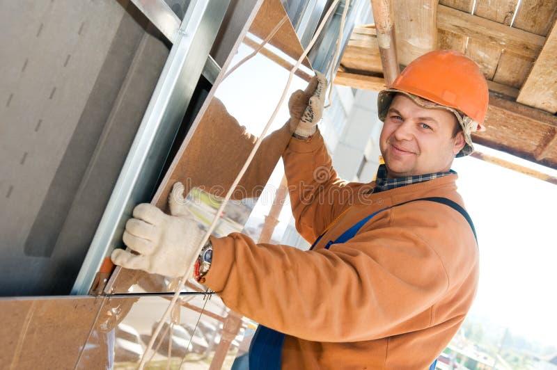 Download Construtor Do Trabalhador Na Telha Da Fachada Imagem de Stock - Imagem de parede, laborer: 16850031