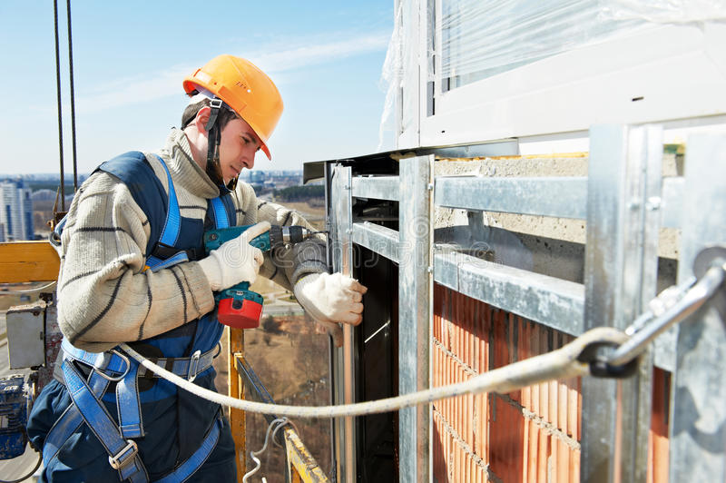 Construtor do trabalhador no trabalho da instalação da fachada foto de stock royalty free