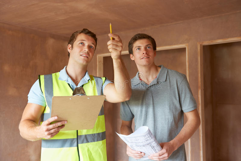 Construtor And Inspetor Looking na propriedade nova imagem de stock
