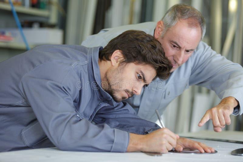 Construtor And Inspetor Looking na propriedade nova foto de stock