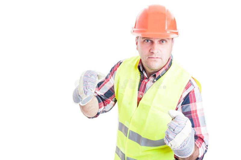 Construtor irritado que está pronto para perfurar alguém foto de stock