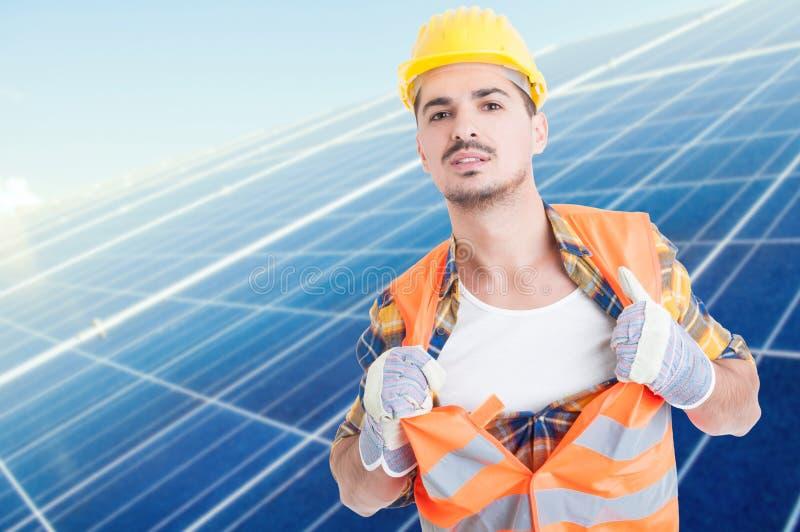 Construtor masculino atrativo que actua como o super-herói foto de stock royalty free
