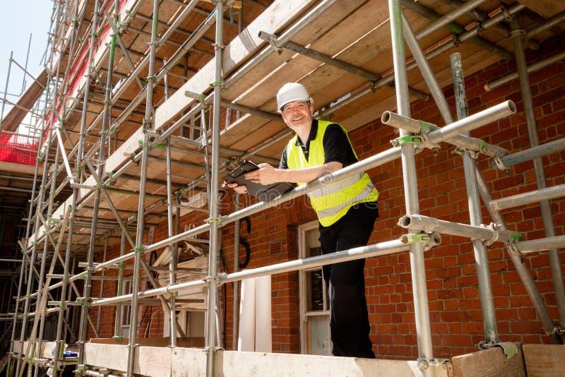 Construtor masculino Foreman ou arquiteto no andaime foto de stock royalty free