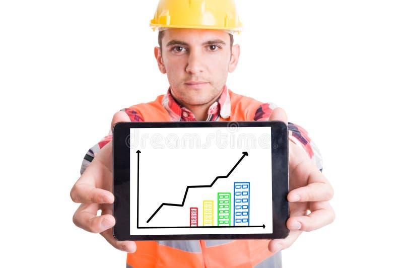 Construtor moderno que guarda a tabuleta com cartas crescentes imagem de stock