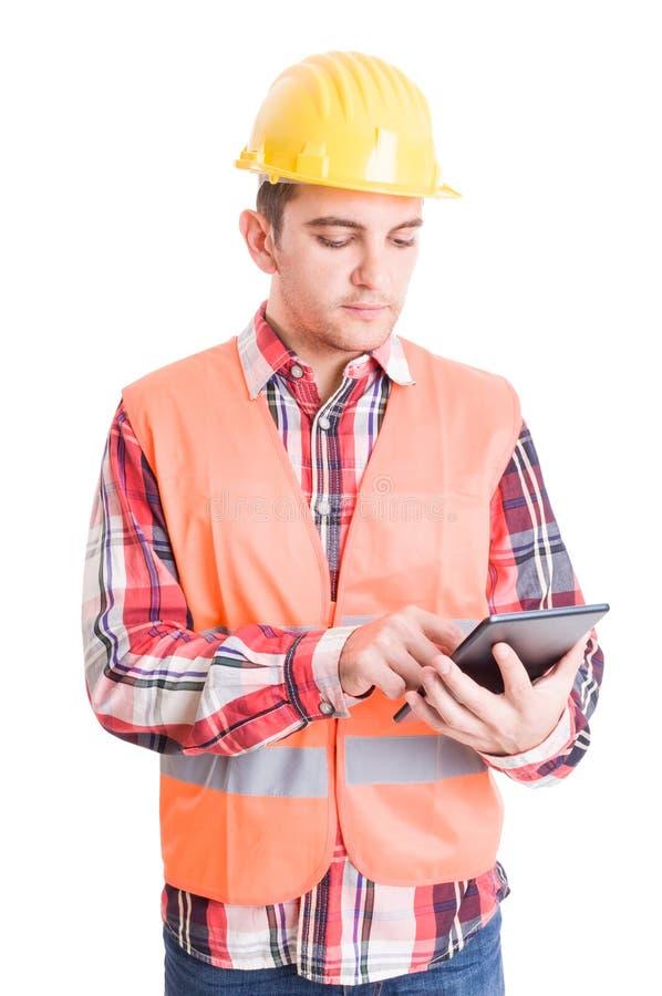 Construtor moderno que usa a tabuleta sem fio fotografia de stock