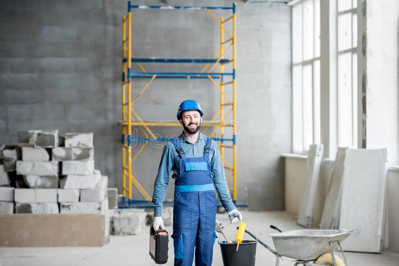 Construtor no canteiro de obras imagens de stock