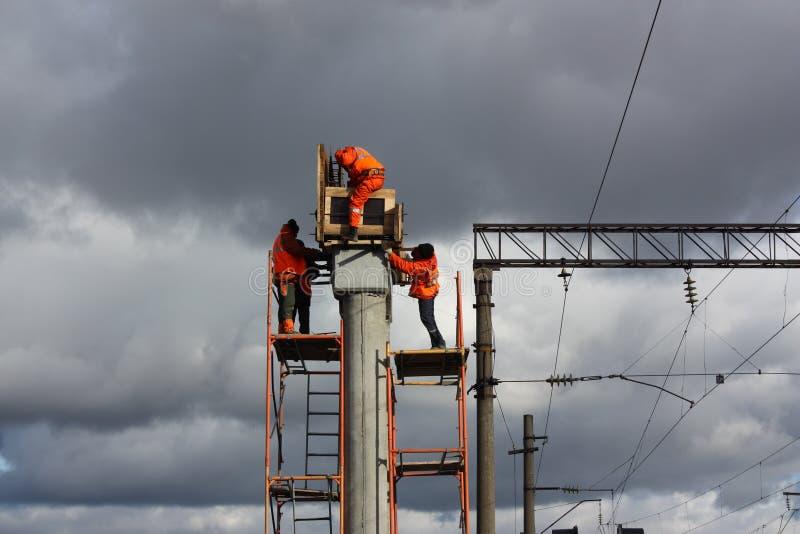 Construtor no funcionamento alaranjado em pilhas concretas fotos de stock
