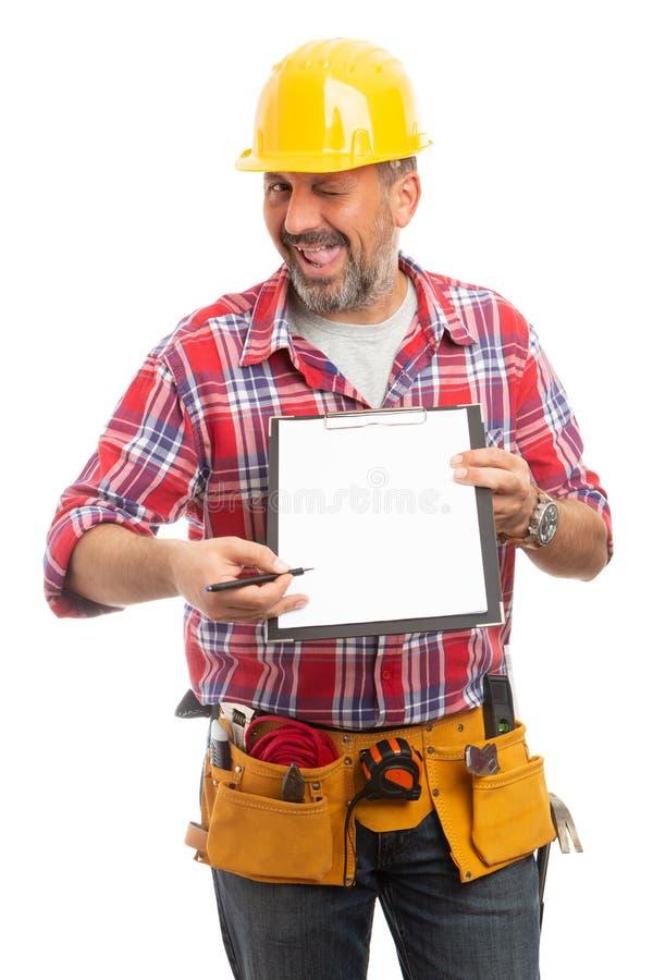 Construtor que indica o copyspace na prancheta com a pena fotografia de stock