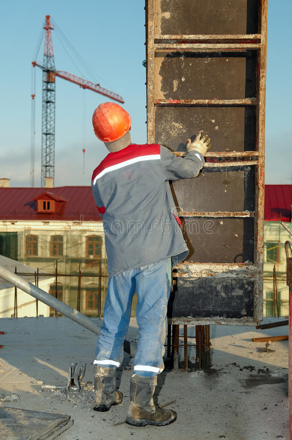 Construtor que instala o molde imagens de stock