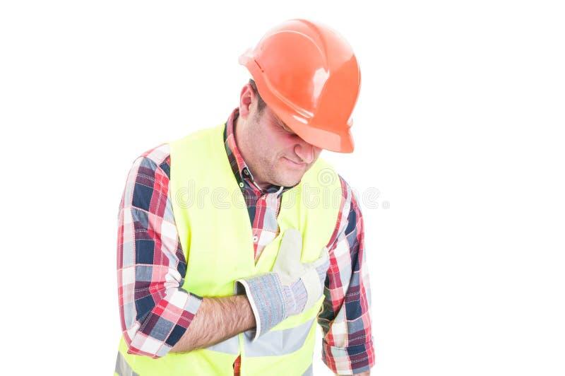 Construtor que sofre da palpitação e da dor no peito foto de stock