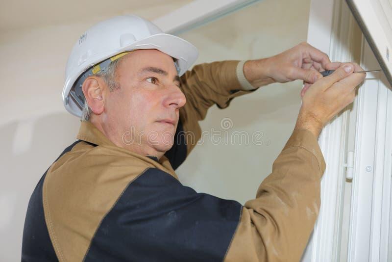 Construtor que trabalha em antolhos fotografia de stock