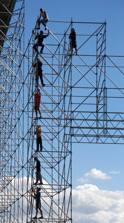 Construtores na construção elevada foto de stock