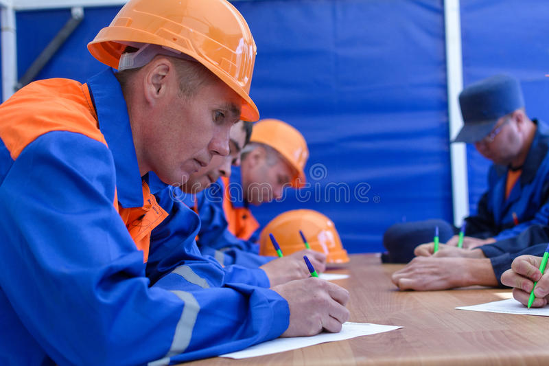 Construtores que tomam o teste foto de stock