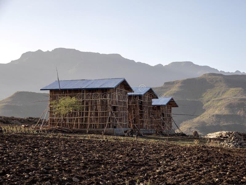 Construyó nuevamente pequeñas casas en un paisaje montañoso en Etiopía septentrional fotos de archivo