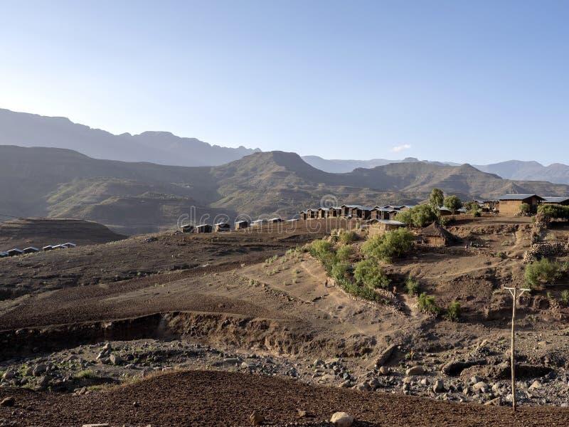 Construyó nuevamente pequeñas casas en un paisaje montañoso en Etiopía septentrional foto de archivo libre de regalías