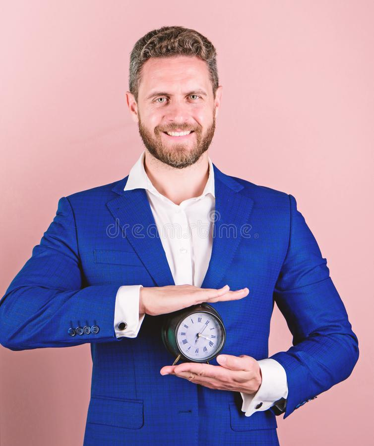 Construya su autodisciplina Control y disciplina Despertador formal del control del traje del negocio del hombre Falta de autodis foto de archivo