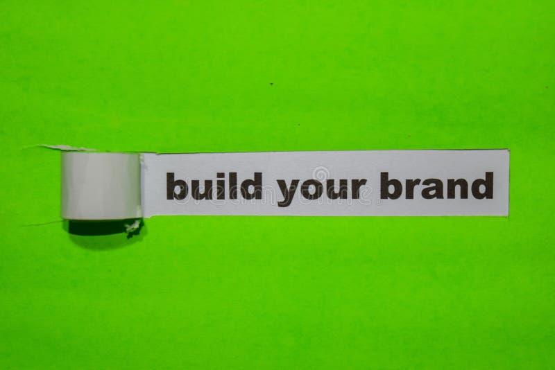 Construya su concepto de la marca, de la inspiración y del negocio en el papel rasgado verde imagen de archivo
