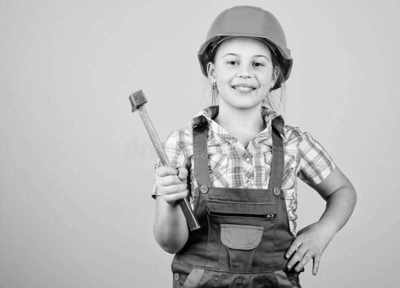 Construya su futuro Trabajador preliminar del constructor del casco del casco de la muchacha del ni?o Herramientas para mejorarse foto de archivo libre de regalías