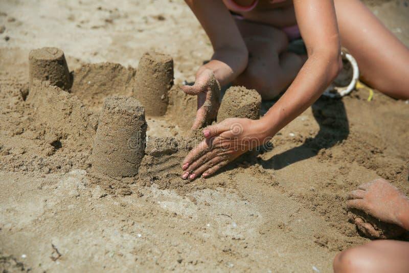 Construyendo un castillo de arena cerca fotografía de archivo libre de regalías