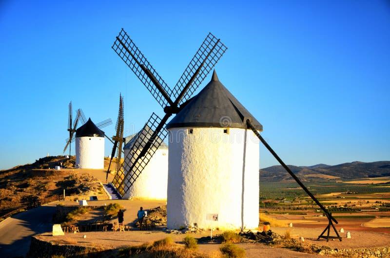 Consuegra é um pouco de cidade na região espanhola de Castilla-La Mancha, famoso devido a seus moinhos de vento históricos fotografia de stock