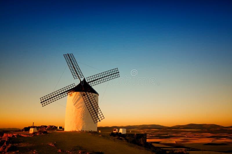 Consuegra é um pouco de cidade na região espanhola de Castilla-La Mancha, famoso devido a seus moinhos de vento históricos imagens de stock