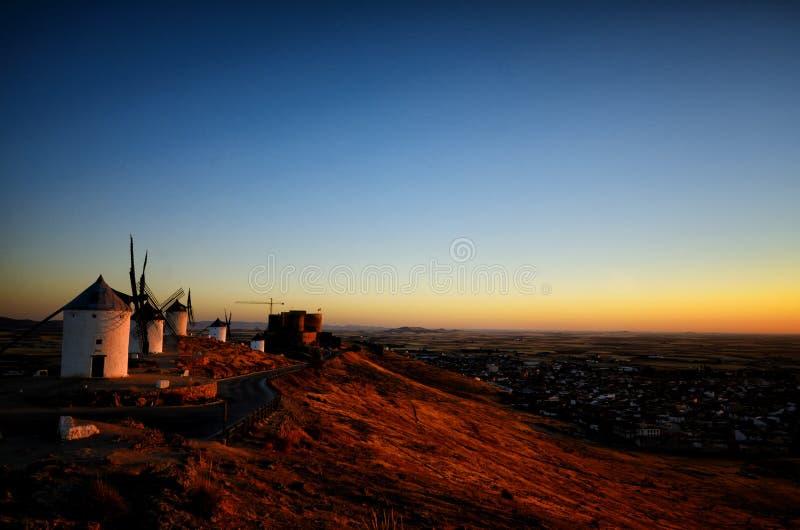 Consuegra é um pouco de cidade na região espanhola de Castilla-La Mancha, famoso devido a seus moinhos de vento históricos foto de stock royalty free