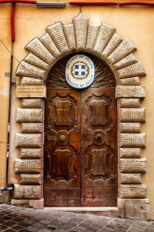Consulado de Grecia Puerta de madera vieja imagen de archivo