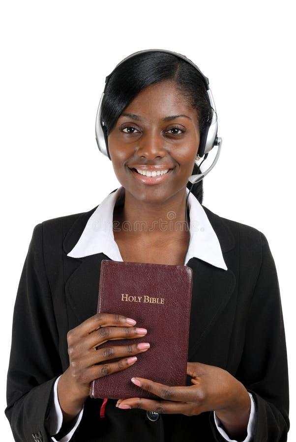 Consulente cristiano che tiene una bibbia fotografia stock libera da diritti
