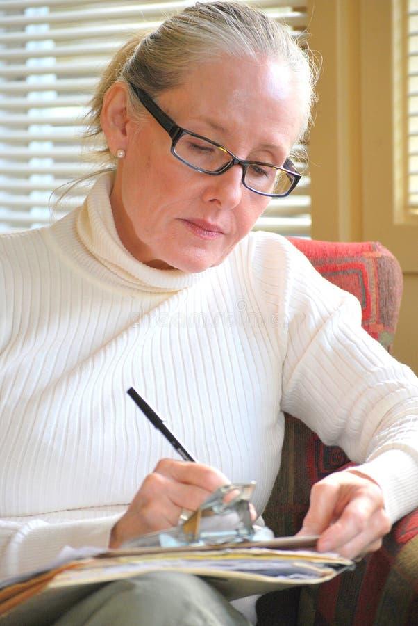 Consulente femminile che lavora fuori orario immagini stock libere da diritti