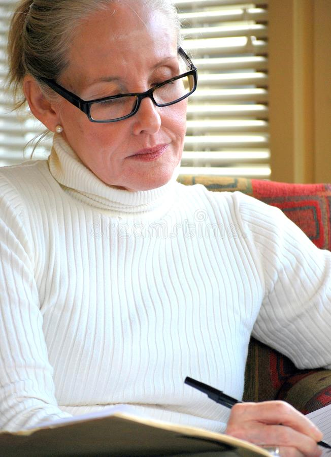 Consulente femminile che lavora fuori orario fotografia stock libera da diritti