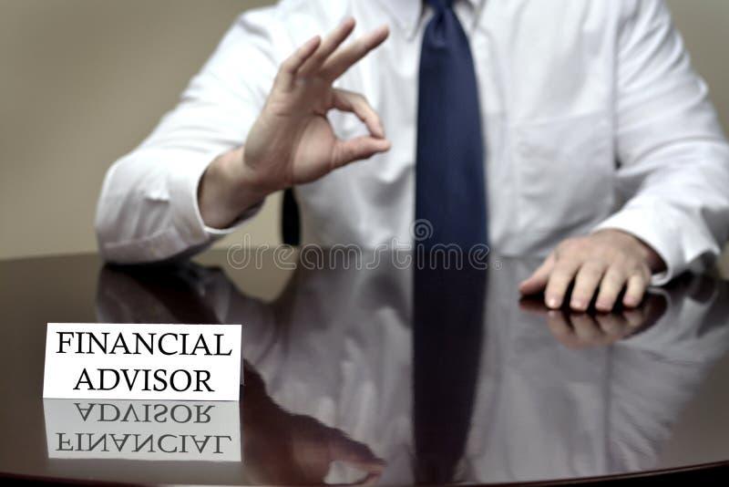 Consulente finanziario che tiene segno GIUSTO immagine stock libera da diritti